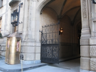 Dakota_entrance